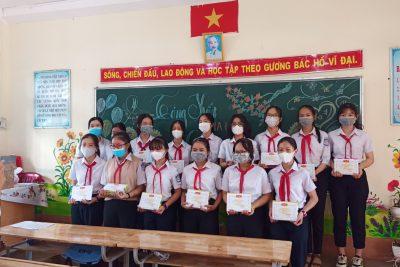 Trường THCS Lương Thế Vinh tổ chức Tổng kết năm học 2020 – 2021 phát thưởng cho học sinh tại lớp