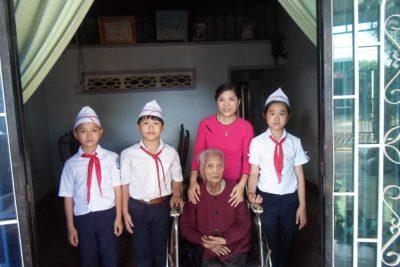 Liên đội trường THCS Lương Thế Vinh thăm Bà mẹ Việt Nam Anh hùng.